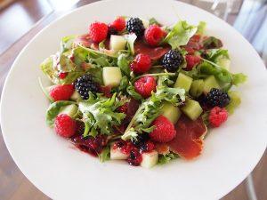 Salada de frutos vermelhos, pepino e queijo mozarela com manjericão – 96 kcal